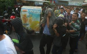 20140128_062656_suasana-penggerebekan-polisi-di-kampung-kubur